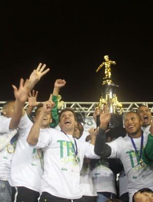 Jogadores do Coritiba levantam a taça de campeão paranaense (Foto: Gabriel Hamilko/Globoesporte.com)