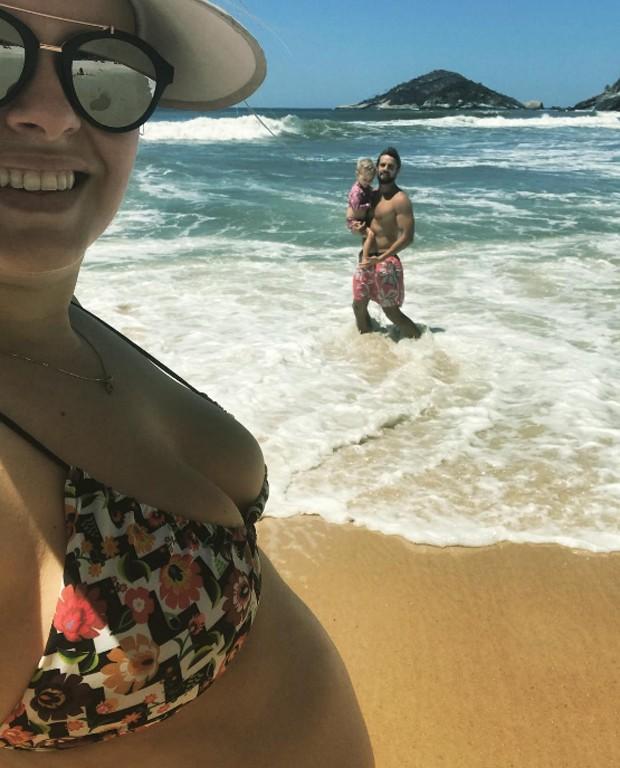 Mariana Bridi com Rafael Cardoso e filha (Foto: Reprodução/Instagram)