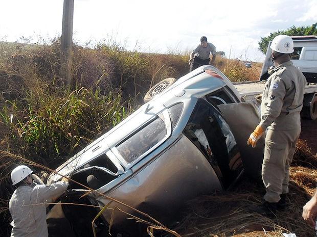 Homem que viu o acidente socorreu criança que foi arremessada do veículo. (Foto: Rádio Pioneira)