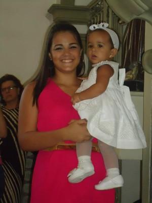 Andressa com a filha Júlia no colo (Foto: Arquivo pessoal )