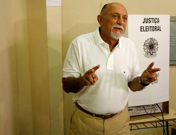 O governador Simão Jatene (PSDB) vota em Belém (PA) (Foto: Raimundo Paccó / Frame / Agência O Globo)