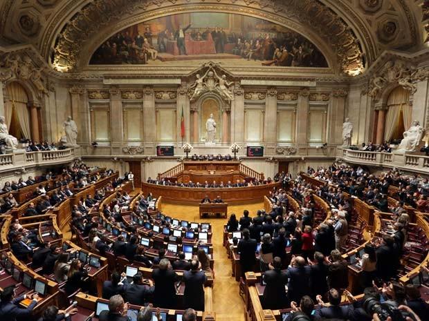 Parlamento de Portugal se reúne nesta terça-feira para votar a moção de rejeição do governo apresentada pelo coalizão de esquerda (Foto: AP Photo/Armando Franca)