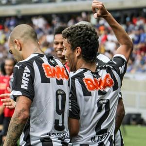 Diego Tardelli e Marcos Rocha comemoram segundo do Atlético-MG no clássico (Foto: Bruno Cantini)