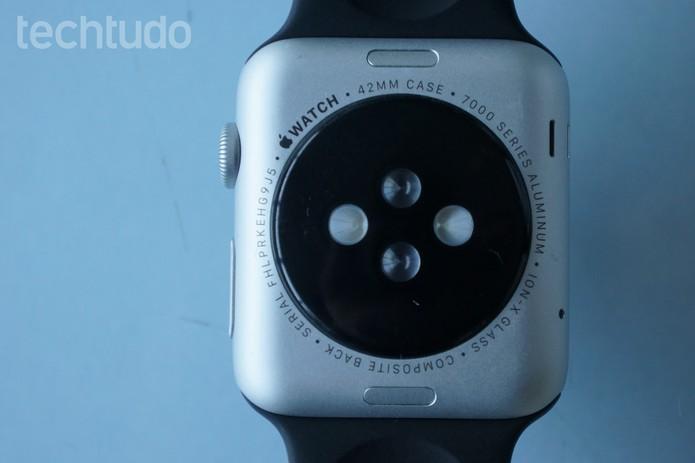 O carregamento do Apple Watch é feito por indução magnética, sem fios (Foto: Bernardo Dabul/TechTudo)