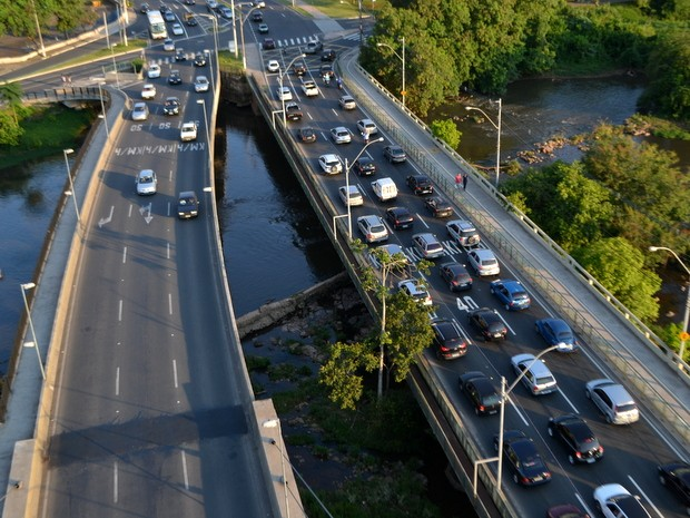 Ponte do mirante com trânsito em Piracicaba (Foto: Leon Botão/G1)
