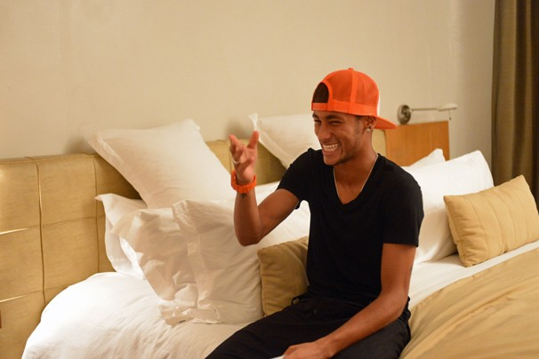 Neymar se prepara para gravar cena em que é atacado por personagem de Tatá Werneck em Amor à Vida, novela das 9 (Foto: Zé Paulo Cardeal/Globo)