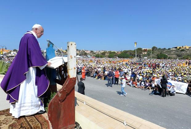 O Papa Francisco em Lampedusa nesta segunda-feira (8) (Foto: Osservatore Romano/AFP)