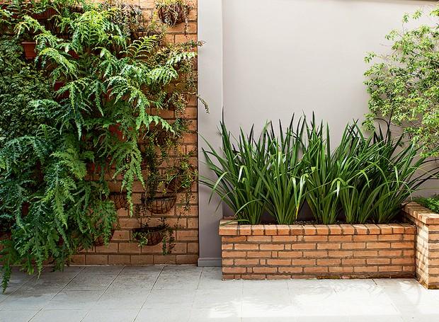 Tijolos-área-externa-paisagista-greice-peralta-jardineiras-alvenaria (Foto: Edu Castello/Editora Globo)