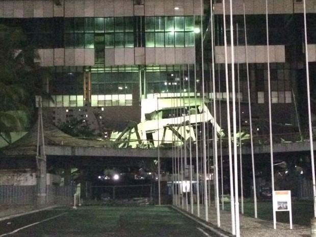 Parte da fachada do Centro de Convenções desabou, em Salvador (Foto: Mauro Anchieta/TV Bahia)