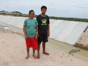 Maria aparecida diz que a promessa do ministério da integração era de que água iria beneficiar as famílias (foto: taisa alencar / g1)