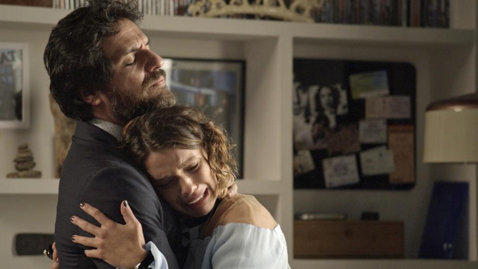 Cibele desaba e Caio a consola (Foto: TV Globo)