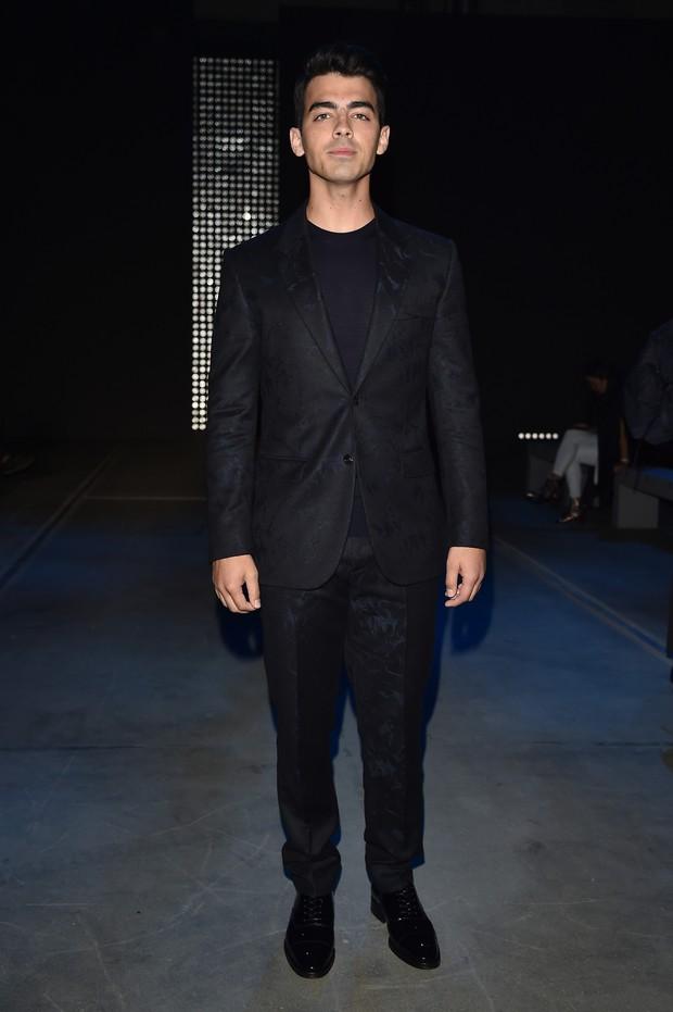 Joe Jonas no desfile da Versace (Foto: Getty Images)