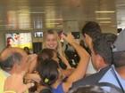 Ex-BBB Fernanda é cercada por fãs em aeroporto de Belém