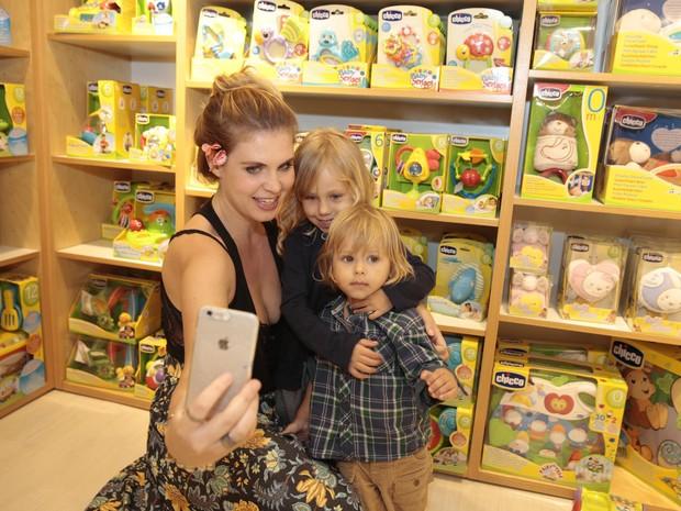 Carolinie e os filhos, Bruna Luz e Theo, em loja na Zona Oeste do Rio (Foto: Felipe Panfili/ Ag. News)