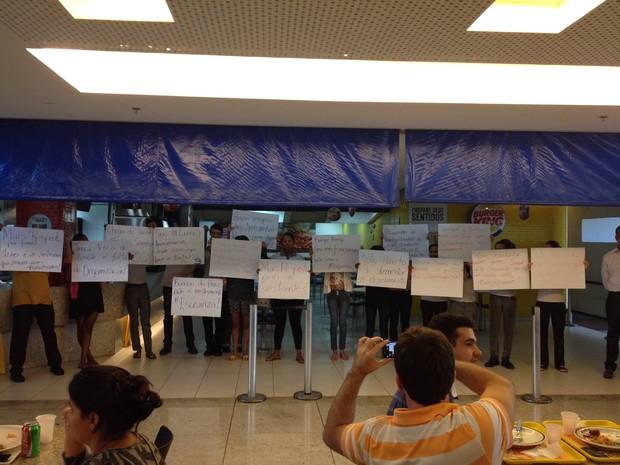 Funcionários do Burger King protestam no Shopping Vitória (Foto: Lucas Marin Cypriano / VC no ESTV)