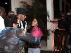 Fã 'ataca' Neymar em saída de churrascaria