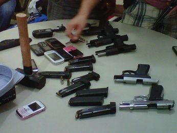 Cinco pistolas e uma marreta que seriam usadas nos assaltos foram apreendidas pela polícia (Foto: Divulgação/SSP-SE)