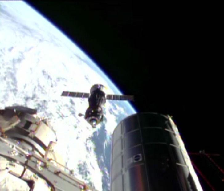 A agência espacial americana, Nasa, transmitiu o momento da acoplagem da Soyuz na ISS (Foto: Reprodução/Nasa)