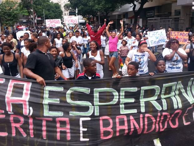 Moradores da comunidade Pavão-Pavãozinho protestam após morte do dançarino Douglas Rafael da Silva Pereira, pela Rua Nossa Senhora de Copacabana, no Rio de Janeiro (Foto: Fábio Motta/Estadão Conteúdo)