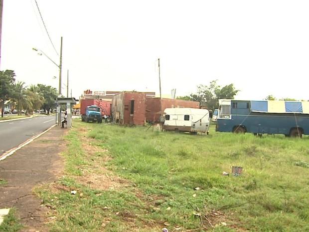 Terreno onde deveria estar construída UPA, na Vila Virgínia, em Ribeirão Preto (Foto: Valdinei Malaguti/EPTV)