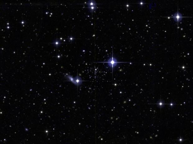 Aglomerado estelar Balbinot 1 é composto pela concentração de estrelas bem tênues, vistas ao centro da imagem  (Foto: Divulgação/Canada France Hawaii Telescope/UFRGS)