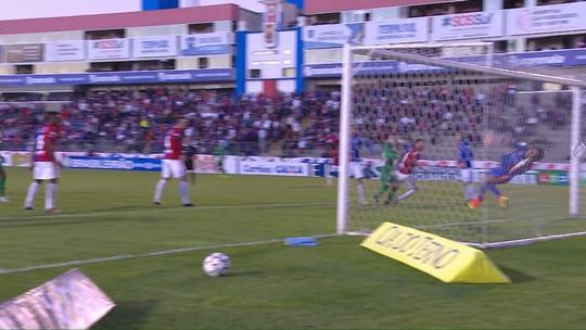 Guarani vence a primeira fora, joga Paraná para baixo e se firma na ponta da Série B