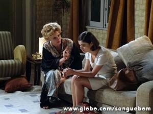 A ex-diva passa sermão na filha (Foto: Sangue Bom / TV Globo)