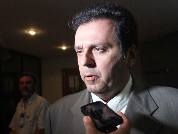 Carlos Eduardo chega para o debate na Inter TV Cabugi (Foto: Canindé Soares/G1)