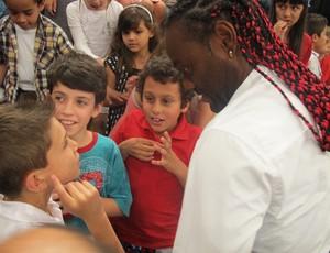 Vagner Love conversa com garotos no Altas Horas (Foto: Marcos Guerra/Globoespote.com)
