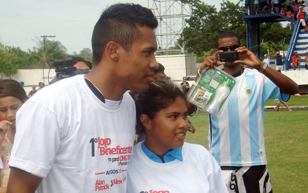 Alex Sandro com fãs antes de amistoso em Catanduva (Foto: Marcos Lavezo/Globoesporte.com)