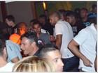 Sem namorada, Adriano curte noite com amigos no Rio