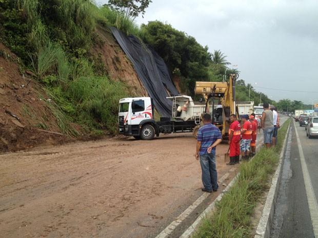Parte da rodovia federal BR-230, no sentido Cabedelo-João Pessoa deslizou.  (Foto: Walter Paparazzo/G1)
