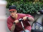 Justin Bieber anda de patinete e acaba mostrando demais