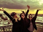 Vanessa Hudgens, Selena Gomez e Ashley Benson posam juntas em Paris