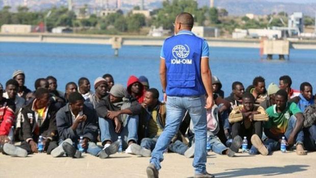 Mediador da OIM Ahmed Mahmoud em Lampedusa, na Itália, durante desembarque de migrantes (Foto: Francesco Malavolta/OIM)