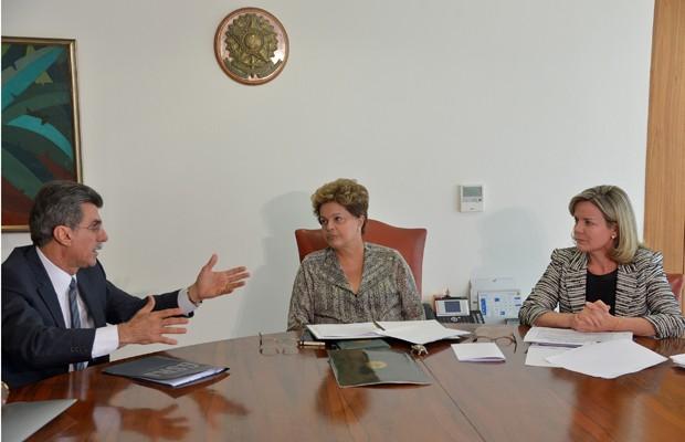 A presidente Dilma Rousseff em reunião com o senador Romero Jucá (PMDB-RR) e a ministra Gleisi Hoffmann sobre a emenda das domésticas (Foto: Wilson Dias / Agência Brasil)