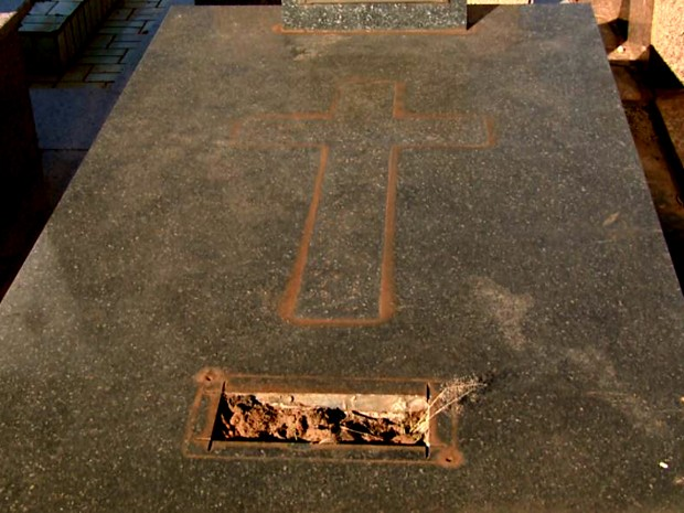 Placas dos túmulos estão sendo roubadas de cemitério em Araraquara (Foto: Rodrigo Sargaço/ EPTV)