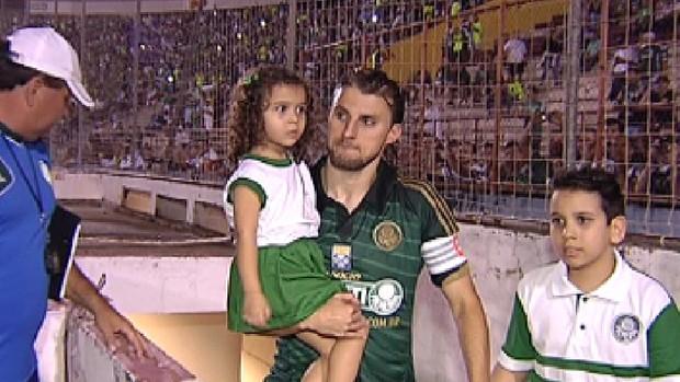 Maria Eduarda e o irmão, Paulo Eduardo, foram a campo com Henrique (Foto: Reprodução / TV TEM)