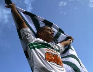 Alex é recebido no Couto Pereira (Foto: Divulgação/site oficial do Coritiba Foot Ball Club)