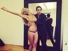 Top Heidi Klum posa só de calcinha e brinca com o estilista Zac Posen