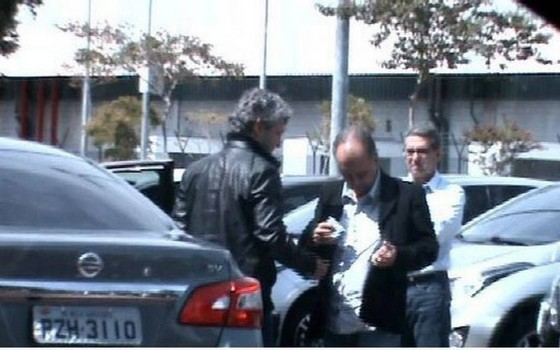 Mendherson Souza Lima, assessor de Zezé Perrella, recebendo uma mala de dinheiro de Frederico Pacheco de Medeiros, primo de Aécio Neves   (Foto: Reprodução)