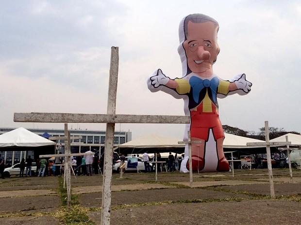 Boneco Enrollemberg, instalado em frente ao Palácio do Buriti, e cruzes simbolizando as mortes violentas ocorridas desde janeiro de 2015, no início da gestão Rollemberg; policiais civis rejeitaram proposta do GDF e fizeram ato nesta sexta-feira (16) (Foto: Mateus Vidigal/G1)