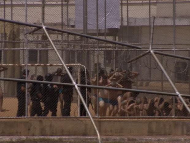 Presos que ficaram no CPP são colocados no pátio pela polícia em Jardinópolis, SP (Foto: Reprodução/EPTV)