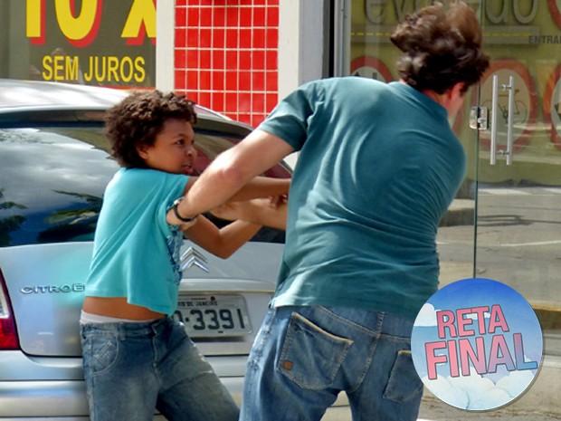 Azeitona não se segura e dá soco em Marcos (Foto: Taís Moreno/ Gshow)