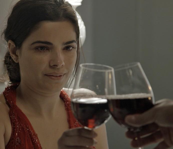 Tóia coloca substância na bebida de Romero para dopá-lo (Foto: TV Globo)