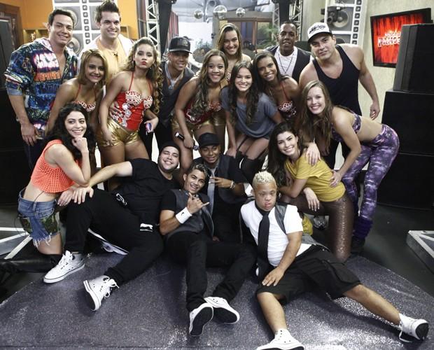 Famosos posam com os cantores após a apresentação (Foto: Domingão do Faustão / TV Globo)