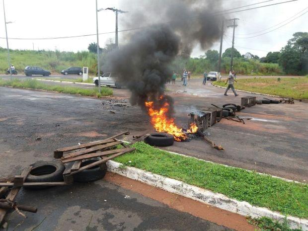 Foi ateado fogo em pneus e pedaços de madeira para protestar contra a situação  (Foto: Diego Pereira / Mais Tupã)