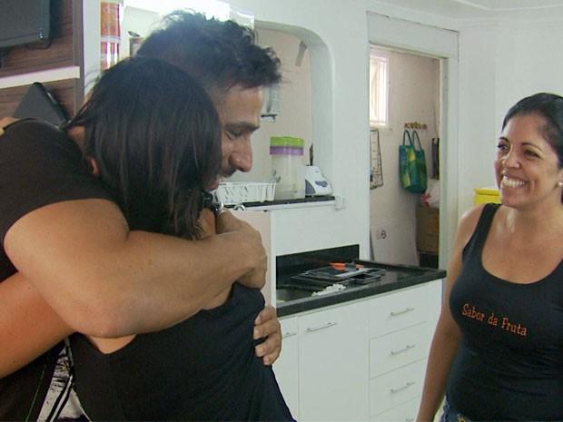 Ator Júlio Rocha ficou feliz em conhecer as irmãs que teriam visto o suposto ET em Varginha (Foto: Reprodução EPTV)