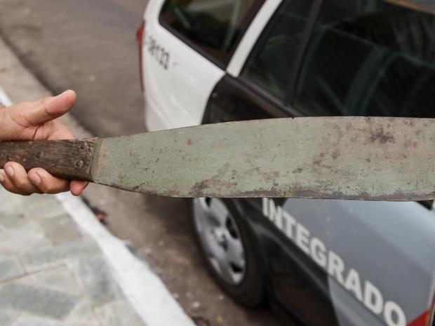 Homem deixou facão dentro do veículo e fugiu do local em São Carlos (Foto: Fábio Maurício / Arquivo Pessoal)