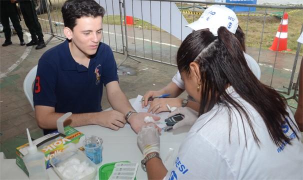 Cidadão realiza exame de saúde gratuito pela Ação Global em Aquiraz (Foto: Divulgação)